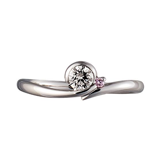 男性からのプロポーズの気持ちが形になった婚約指輪。寄り添うピンクの石を優しく包み込む。