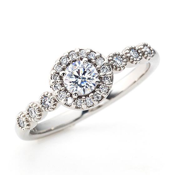 リング全体をダイヤモンドとミル打ちで囲まれたエンゲージリング。きらきら好きな人にはぴったりのデザインです。