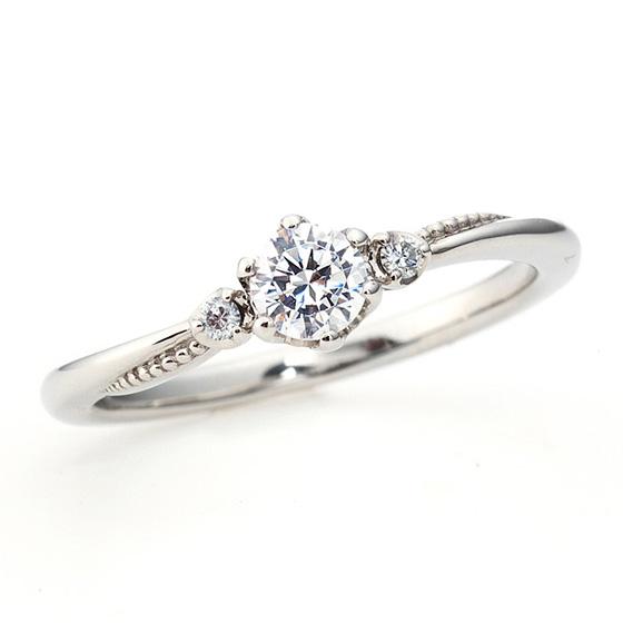優しいカーブラインを描いた婚約指輪。サイドに施したミル打ちがラインに沿って立体的に見え、丸みのあるデザインを演出しています。