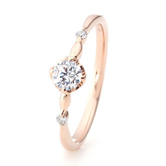 サイドメレが中央より離れたデザインの婚約指輪。丸みをつけたフォルムが女性らしい優しい印象に