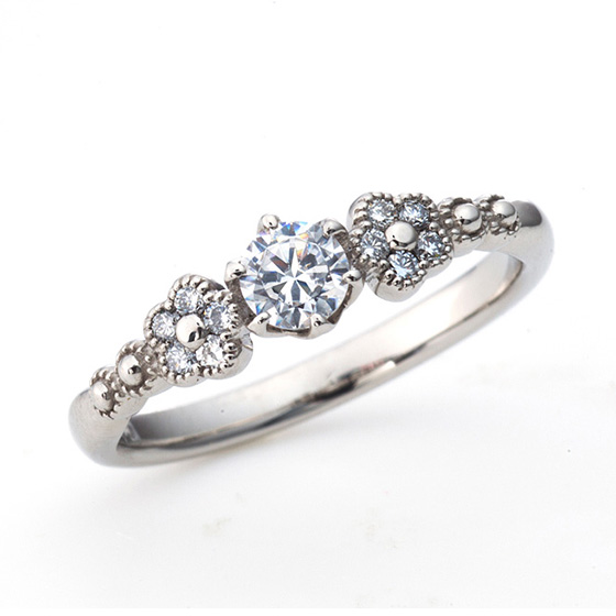お指にパッとお花が咲いたイメージの婚約指輪。丸みを活かした愛らしいデザインに仕上げました。