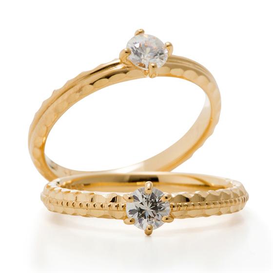 ダイヤモンドの輝きだけでなく、地金のテクスチャーが楽しめる婚約指輪です。