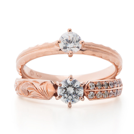 ハワイアンの彫模様と、メレダイヤモンドが埋め込まれたゴージャスな婚約指輪。ピンクゴールドが鮮やかに彩ります。