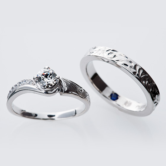 手彫り模様の美しい婚約指輪と結婚指輪。ハワイアンの彫り模様を施した印象的なデザイン。