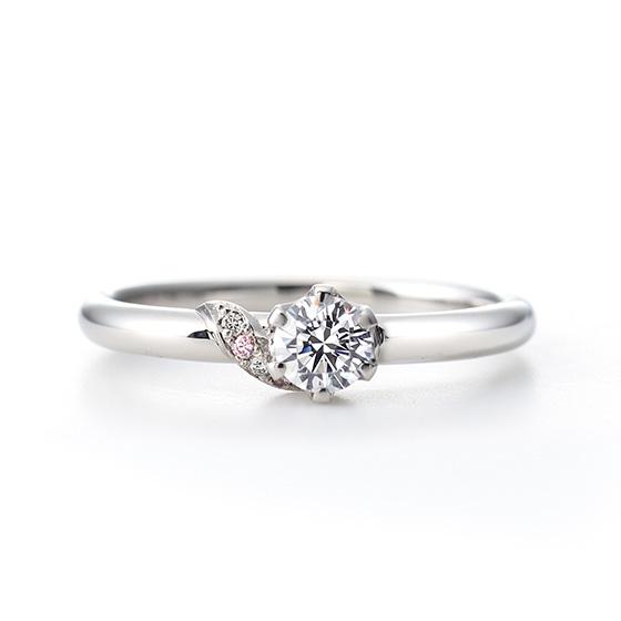 ピンク色をあしらったメレダイヤモンドは、メインのダイヤモンドにそっと寄り添う上品な印象。