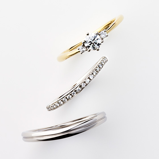 >エンゲージリングのダイヤ部分と色味を合わせたマリッジリング。2色使いのオシャレな印象に色味を合わせることで一体感が生まれる。