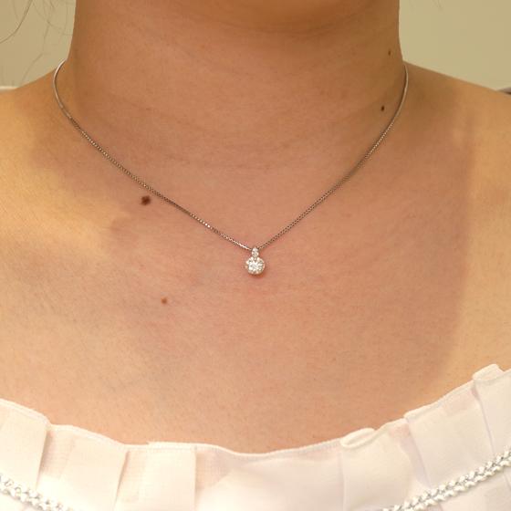婚約ネックレスに最適。チェーンとトップのつなぎ目にもダイヤモンドが留めれられ華やかな印象に。普段使いしやすいダイヤモンド一粒タイプのネックレス。