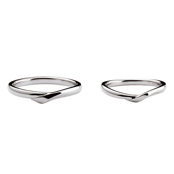 二つの重なり合うプラチナが、二人が仲良く手を繋いだイメージ。普段から使いやすくダイヤモンドをあえてセッティングしていない、ナチュラルな結婚指輪。