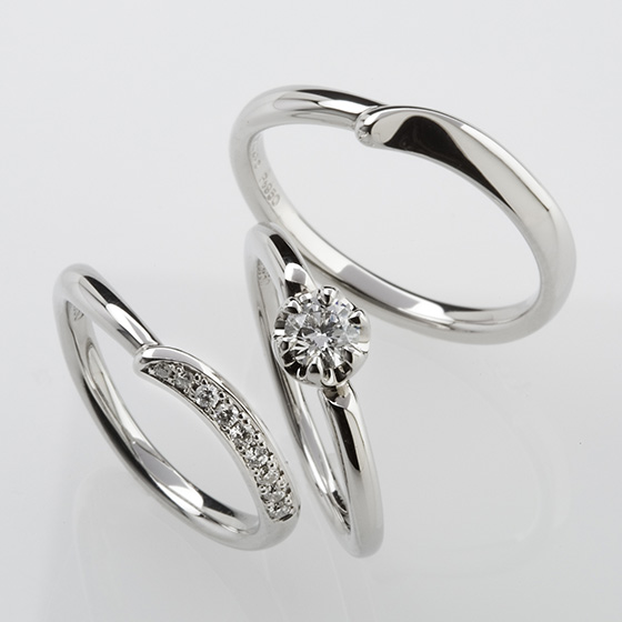 シンプルな丸みのある婚約指輪に寄り添う形の結婚指輪。V字のラインがお指を長く・きれいにみせる効果があります。