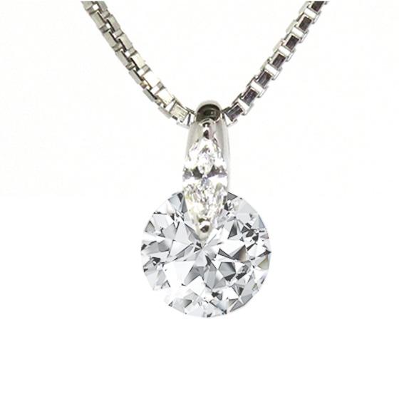 ダイヤモンドを留めるプラチナ部分にマーキスダイヤを留めた高貴なデザイン。シンプルでありながら、他にはない特別なデザイン。