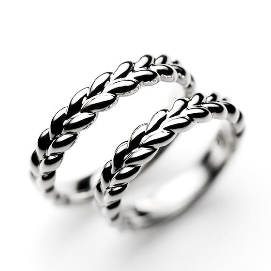 シューからあふれるほどのクリームを表現した愛らしいデザインの結婚指輪。