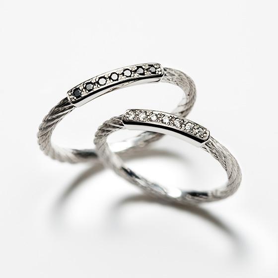 中央に色違いのダイヤモンドを埋め込み、二人の強い絆をあらわした『綱』のイメージをした結婚指輪。