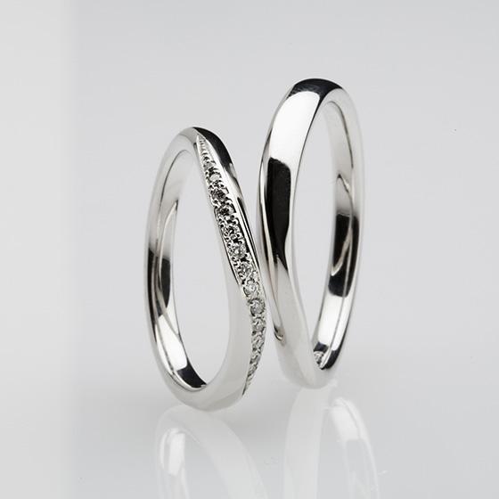 指に沿う柔らかなカーブラインに、優しく流れるようなダイヤモンドのセッティングを施した結婚指輪。