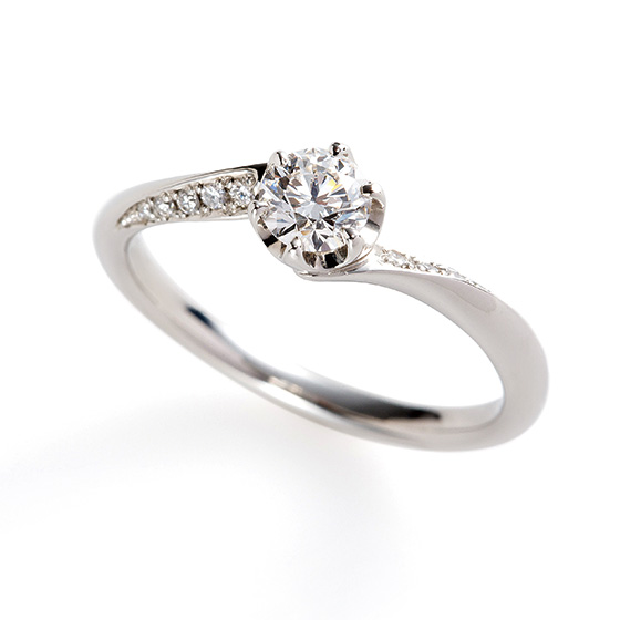 グラデーションにセッティングされたダイヤモンドの流れが美しいエンゲージリング。