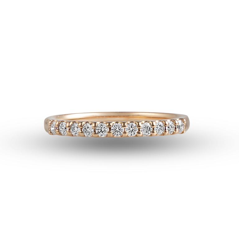 爪留めタイプのハーフエタニティリング。ピンクゴールドはダイヤモンドをより華やかに魅せ、肌を明るくしてくれます。