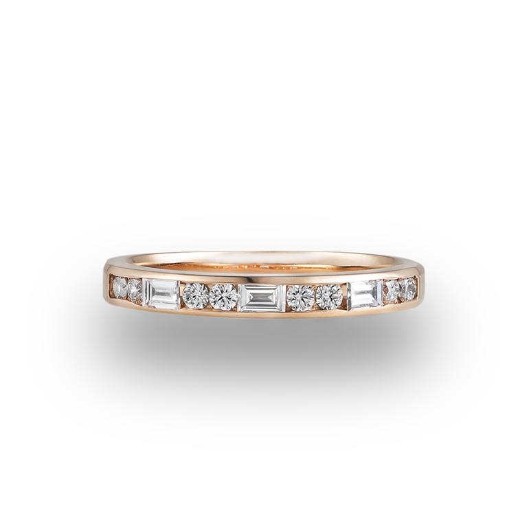 ラウンド(丸)とバゲット(長方形)のダイヤモンドを使用した贅沢なデザインのハーフエタニティリング。