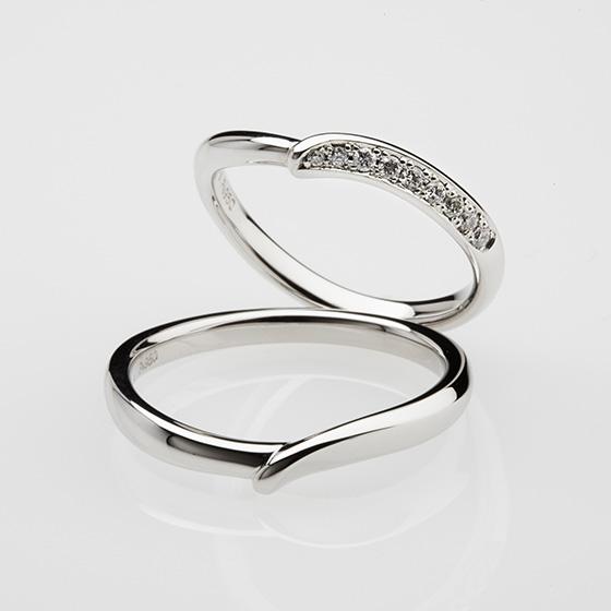 ふたつのラインが重なり合った優しいイメージの結婚指輪。