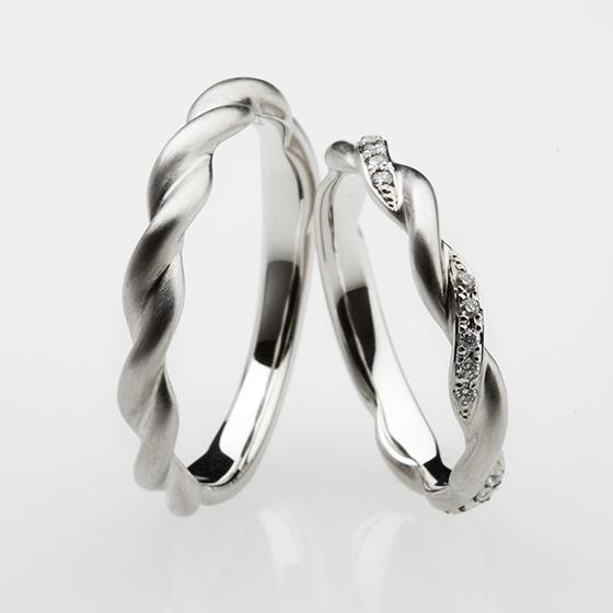 ふたりの想いが結びついた蔦の模様をイメージしたかのような結婚指輪。