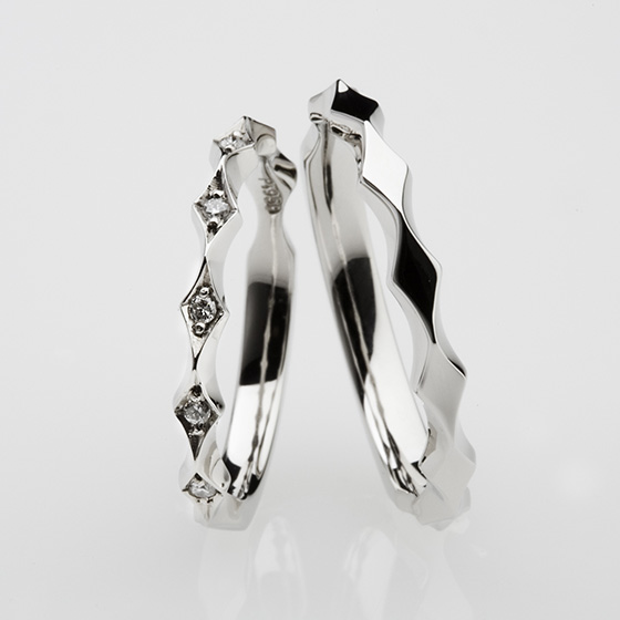 水面のキラキラとした輝きをイメージした結婚指輪。おそろいのデザインは人とは違うオシャレなデザイン。