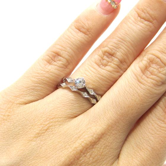 >インパクトのあるダイヤ(ひし形)の形を並べたセットリング。