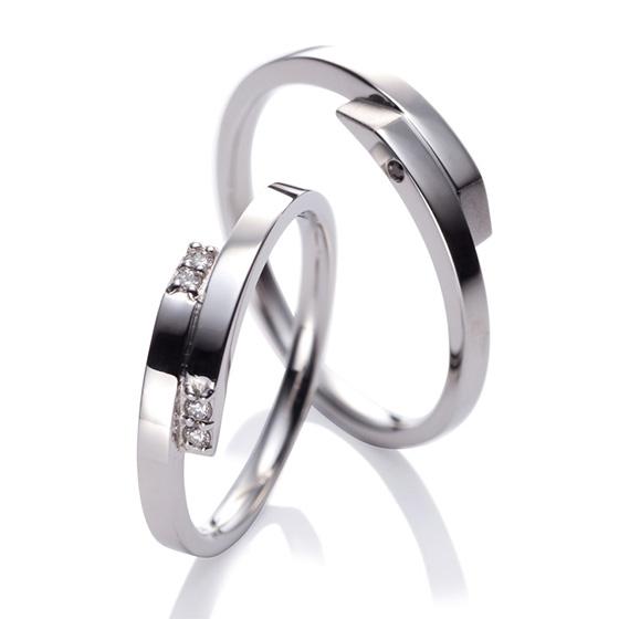 平打ちのフォルムがスタイリッシュ。ダイアモンドのセッティングがアクセントに。両腕で包み込むようなデザインは、二人の愛情を表します。