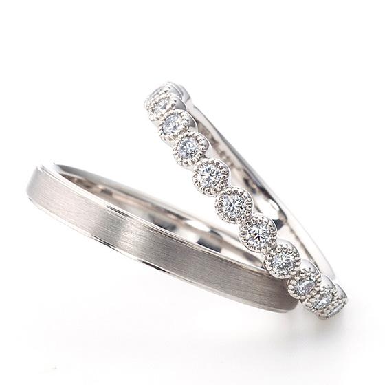 レディースはダイヤモンドが一粒一粒ミル打ち(ミルグレイン)に包まれてとってもキュートな結婚指輪(マリッジリング)メンズはマット(つや消し)加工でカッコよく。