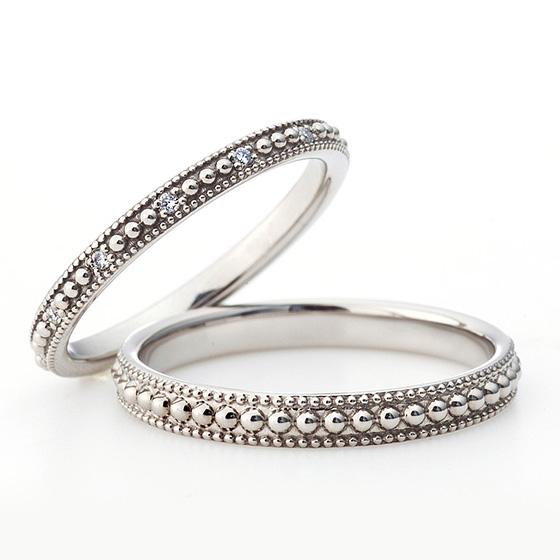 大小のミルグレインが一周に入っていて可愛い結婚指輪(マリッジリング)レディースにはさりげなくダイヤモンドが散りばめられています。