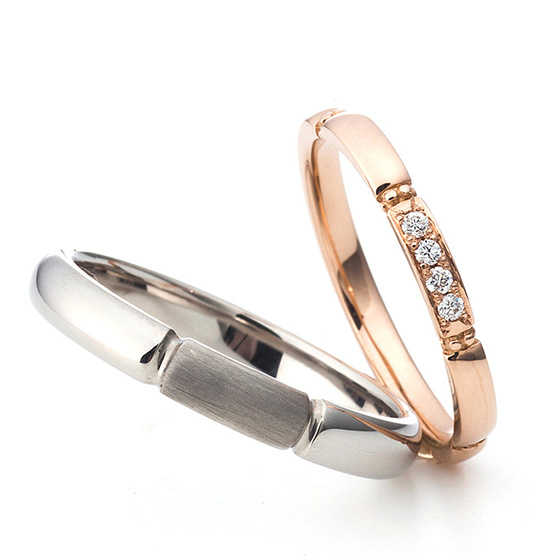 中央にデザインを施したシンプルな結婚指輪。men'sはつや消しでアクセントを。