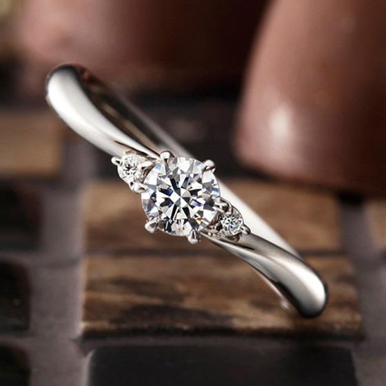 シンプルでカーブラインの美しいエンゲージリング。細身のリングがダイヤモンドを引き立たせる。