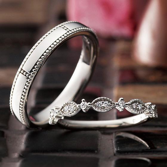 ミル打ちのアレンジをプラスしたアンティーク感のある結婚指輪。