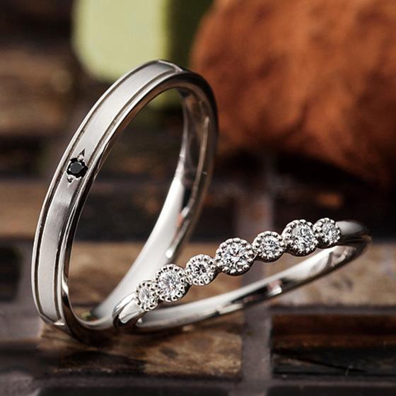大きさの違うダイヤモンドをミル打ちで囲み、動きを出したマリッジリング。