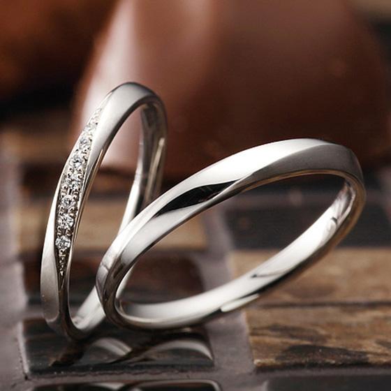 men'sリングはシンプルで飽きの来ないデザイン。lady'sは華やか過ぎず、着け心地も良いマリッジリングです。