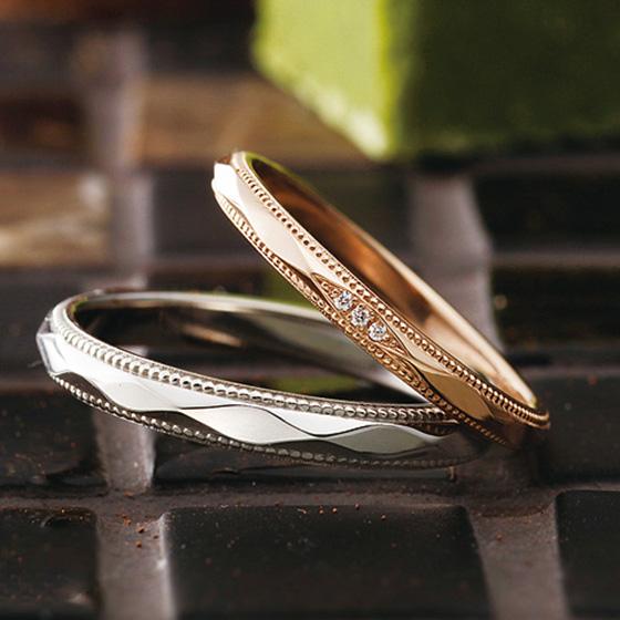 人気のミル打ち加工とカットした面がシャープな印象の結婚指輪のデザイン。