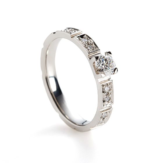 >石畳みをイメージしダイヤモンドを敷き詰めたゴージャスなデザイン。