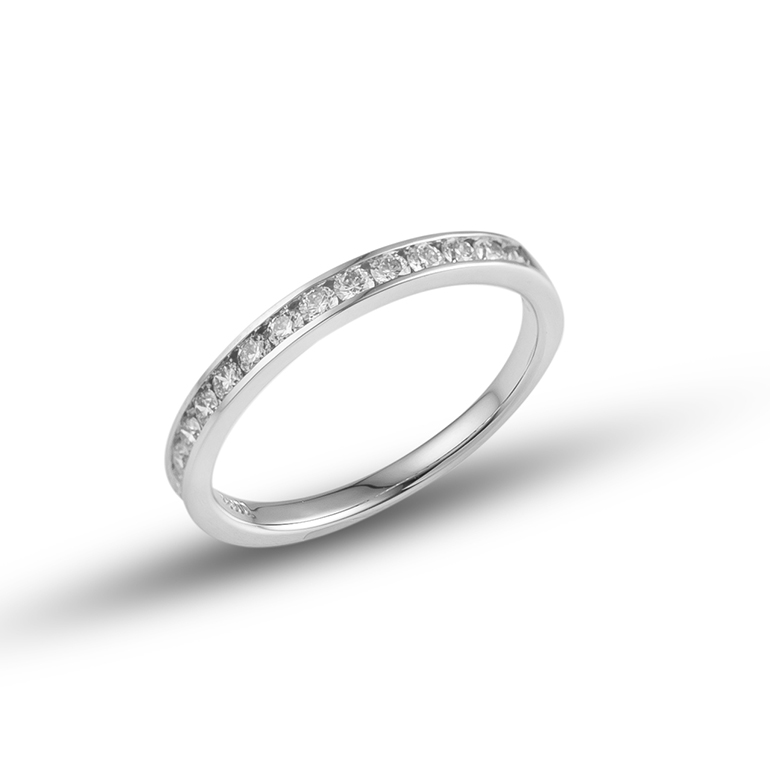 程よいボリューム感が他のジュエリーとの重ね着けにぴったりのエタニティリングです。婚約指輪(エンゲージリング)、結婚指輪(マリッジリング)としても人気のあるアイテムです。