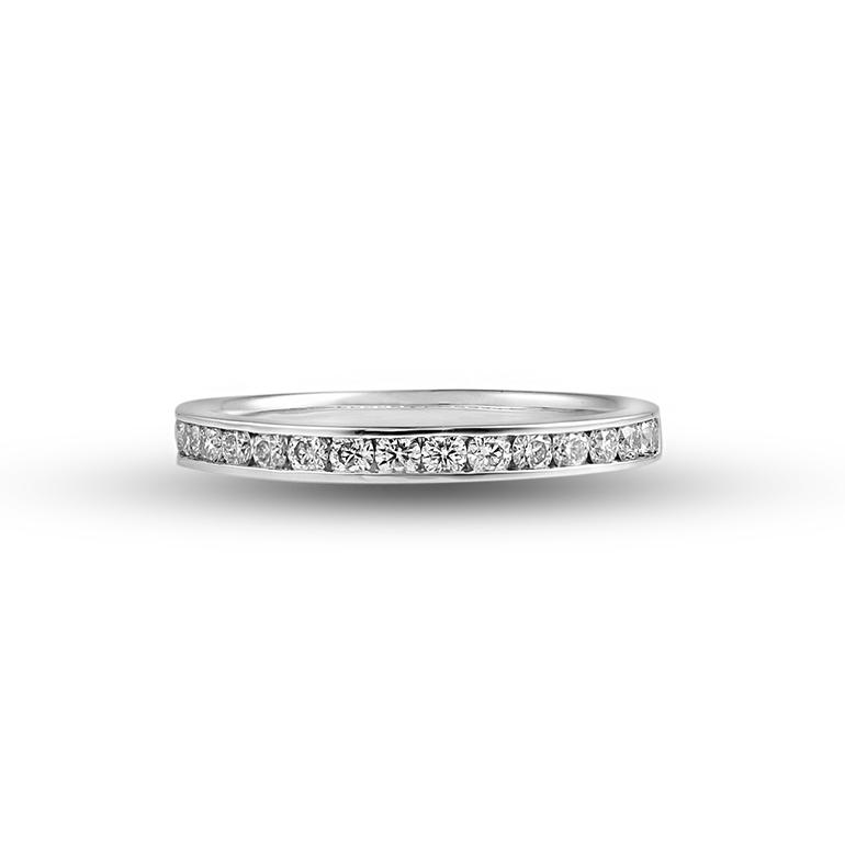 女性なら1本は持っておきたい、とっておきのダイヤモンドリング。婚約指輪(エンゲージリング)や結婚指輪(マリッジリング)との重ね着けにぴったりです!