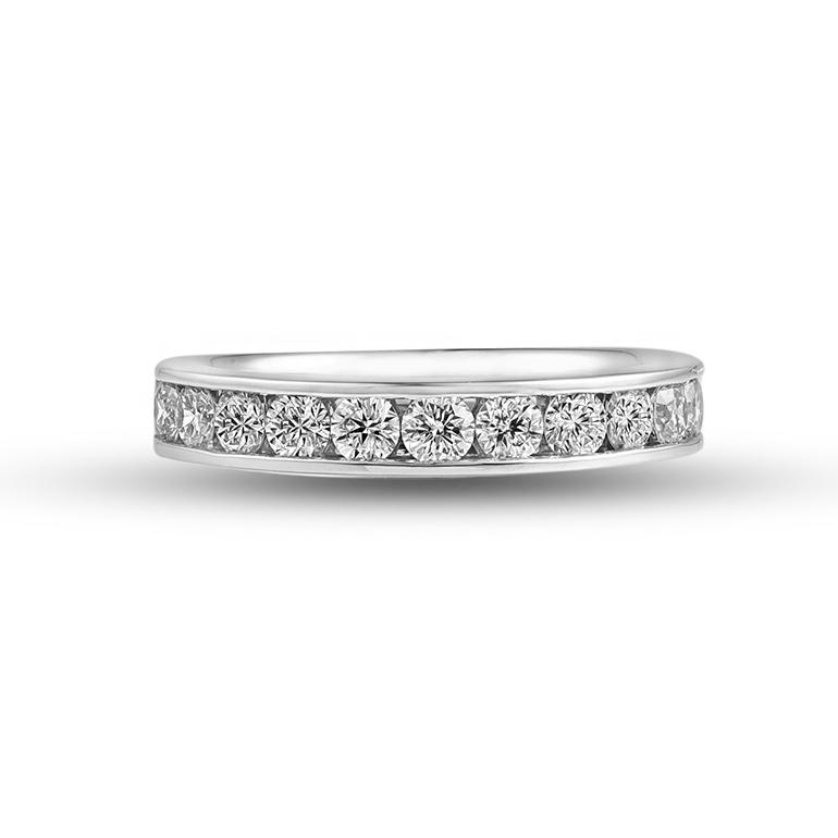 0.7ctの大きめダイヤモンドを使用した贅沢なエタニティリング。敷き詰められたダイヤモンドがゴージャスな印象に。