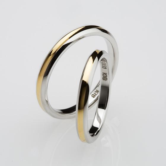 >おそろいのデザインにシャープな四角のダイヤモンドをセッティング。