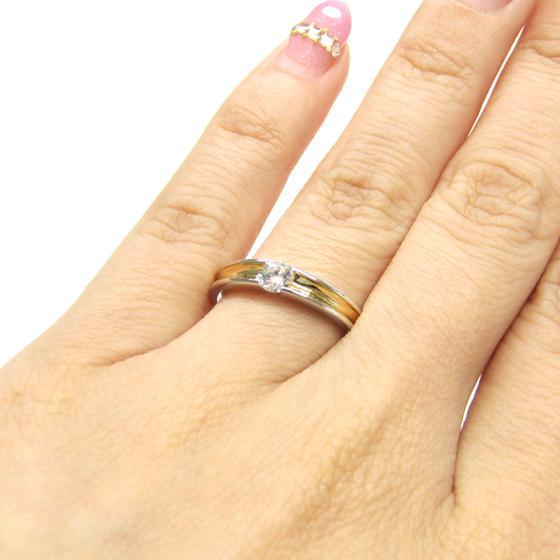>埋め込みのダイヤモンドは引っ掛かりが気にならず♡普段使いと豪華さ両方が叶うエンゲージリング♡