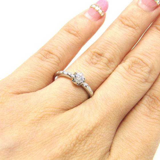 >等間隔に留められた左右3石ずつのメレダイヤがとてもキュート♪アーム中心部分が絞られており、指をきれいに見せてくれるデザイン
