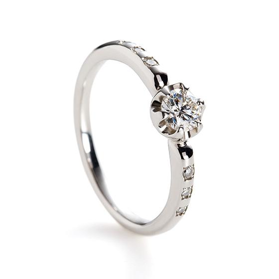 センターのダイヤモンドを取り囲んだプラチナはころんと丸くかわいらしい印象に。
