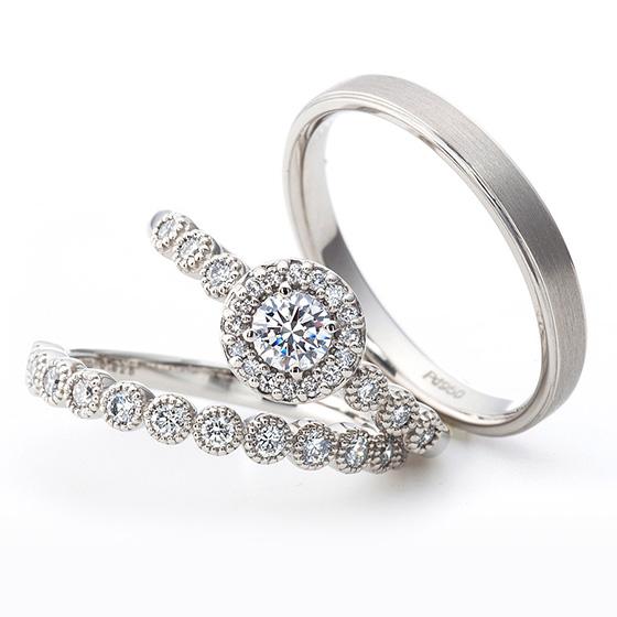 ダイヤモンドをミル打ちで囲んだ華やかなデザイン。男性はシンプルにストレートのデザインにつや消し加工で。