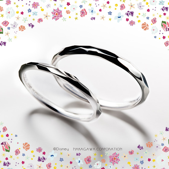 白雪姫の可憐さと、キラキラと輝く美しい心を表現したマリッジリング。お互いを思いやるピュアな心を忘れないふたりへ。