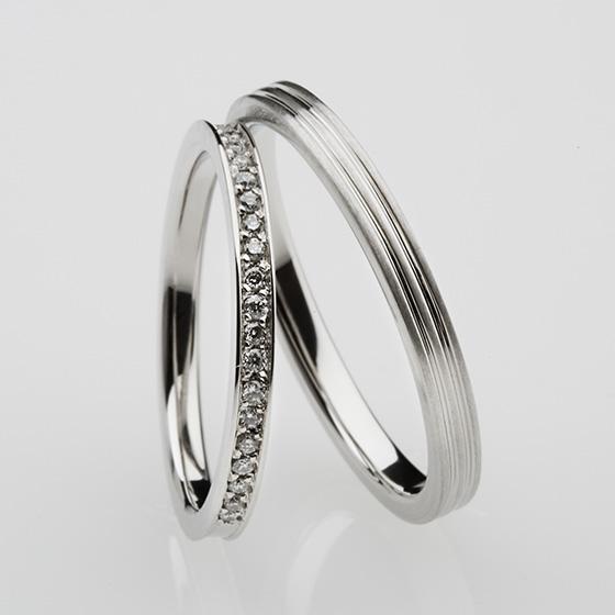 細身のリングに細かなダイヤモンドをたくさん敷きつめた結婚指輪。