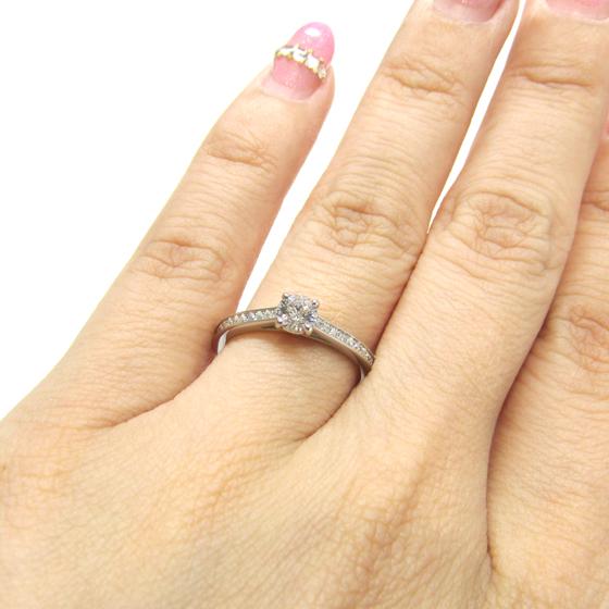 >左右12石ずつメレダイヤが留められゴージャスな印象に。輝きが美しいエンゲージリング♡