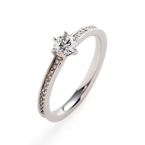 細身のストレートに、ダイヤモンドのセッティングを個性的に…ダイヤモンドとプラチナの輝きの違いを楽しめるデザインです。