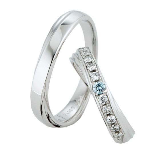 ボリューム感のあるリングに斜めに施されたダイヤモンド。動きのあるデザインが指をきれいにみせる効果も。