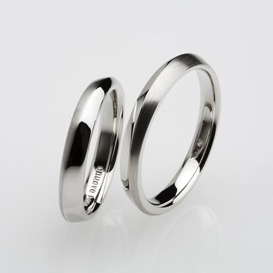 少しボリュームのある、プラチナの輝きが美しい結婚指輪。ストレートの中に緩やかに施したラインがプラチナのテイストに変化とつけている。