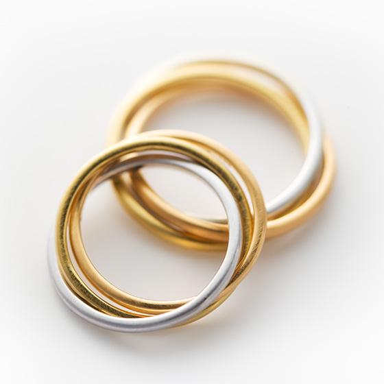 プラチナ、イエローゴールド、ピンクゴールドを使用した3連タイプの結婚指輪。