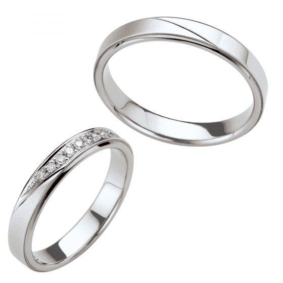 平打ちで幅広なボリューム感ある結婚指輪(マリッジリング)。斜めのラインで表情が変わるよう表面加工してあります。